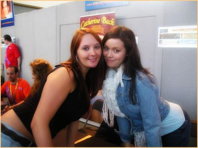 Summer Glau posing with a fan at Collectormania 2005.