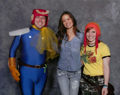Summer Glau posing with cosplayers at Ohio Comic Con